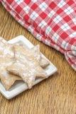 蛋糕以放置在白色陶瓷板材的星的形式 库存图片