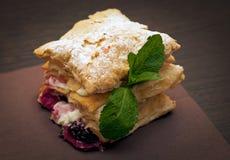 蛋糕mascarpone用乳酪和黑莓 免版税库存图片
