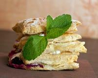 蛋糕mascarpone用乳酪和黑莓 免版税库存照片