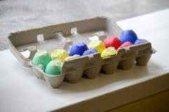 蛋纸盒五彩纸屑鸡蛋 库存图片