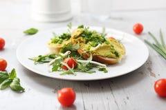 蛋酱用香葱,健康早餐早餐三明治 免版税库存照片
