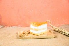 蛋黄金用奶油充塞的螺纹蛋糕 库存图片