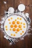 蛋黄patern在一块白色板材,平的位置,顶视图 库存图片