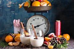 蛋黄乳用在一个土气设置的桂香 免版税库存图片