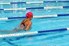 蛙泳女孩游泳 免版税库存图片