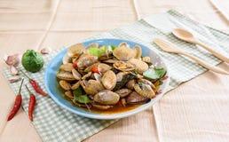 蛤蜊油煎与蓬蒿和辣椒 免版税库存照片