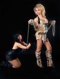 蛮子和猫服装的两个女孩 免版税库存照片