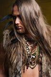 蛮子的图象的人有小珠和羽毛的装饰的 免版税图库摄影