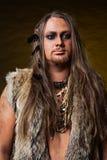 蛮子的图象的人有小珠和羽毛的装饰的 免版税库存图片