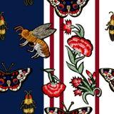 蜂、蝴蝶、甲虫和花刺绣 图库摄影