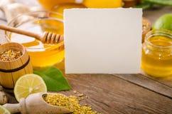 养蜂业产品用在一张木桌上的柠檬 免版税库存图片