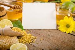 养蜂业产品用在一张木桌上的柠檬 库存照片