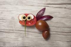 蜂做用红色蕃茄在木背景 库存照片