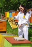 蜂农和蜂箱 免版税库存照片
