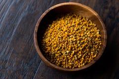 蜂在木碗/花粉的花粉种子 免版税库存图片