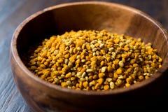蜂在木碗/Polen的花粉种子 免版税库存图片