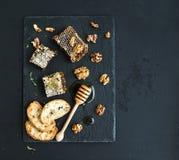 蜂窝、核桃、面包切片和蜂蜜浸染工 图库摄影