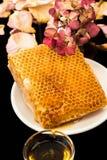 蜂窝、蜂蜜和花 免版税库存图片