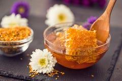 蜂窝在蜂蜜背景中 免版税库存照片