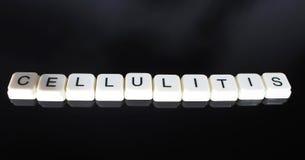蜂窝织炎文本词标题说明标签盖子背景背景 字母表信件在黑反射性背景的玩具块 Whi 免版税库存图片