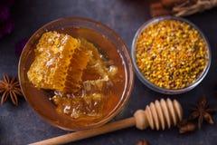 蜂窝,花粉,蜂胶,在桌上的蜂蜜 免版税库存照片