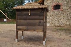 蜂蜂房-老木房子 库存图片