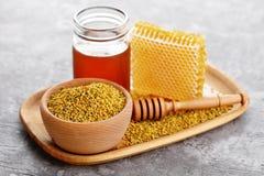 蜂蜂收集的花花粉 库存照片