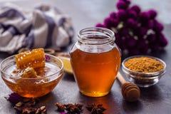 蜂蜂窝和蜂蜜产品  免版税库存图片