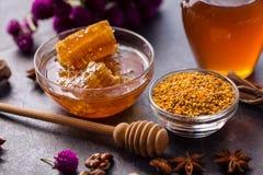 蜂蜂窝,花粉,蜂胶,蜂蜜健康产品  免版税图库摄影