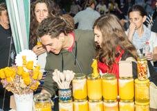 蜂蜂蜜销售在Nestenar比赛的在保加利亚人村庄  建造者 免版税库存照片