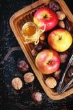 蜂蜜、坚果和苹果 库存图片