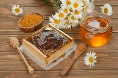 蜂蜜、春黄菊和花粉 图库摄影