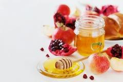 蜂蜜、苹果、石榴和面包hala,桌设置了用传统食物为犹太新年假日, Rosh Hashana 免版税图库摄影