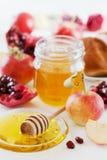 蜂蜜、苹果、石榴和面包hala,桌设置了用传统食物为犹太新年假日, Rosh Hashana 免版税库存图片
