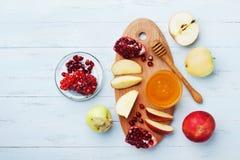 蜂蜜、苹果切片和石榴顶上的视图 表集合传统食物为犹太新年假日, Rosh Hashana 免版税库存图片