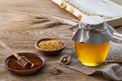 蜂蜜产品和黑麦耳朵 免版税库存照片