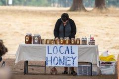 蜂蜜卖主在公平的市场上 免版税库存照片