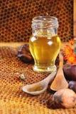 蜂蜜和坚果 免版税库存图片