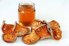 蜂蜜和干燥bael在白色背景结果实 免版税库存图片
