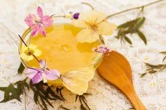 蜂蜜和干花在鞋带桌布 库存图片