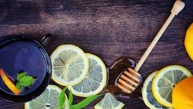 蜂蜜和柠檬 蜂蜜棍子和切片在向求爱的切的柠檬 图库摄影
