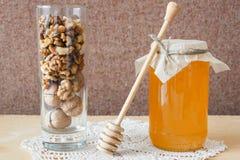 蜂蜜和核桃在玻璃 免版税库存图片