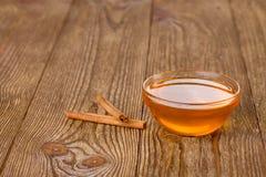 蜂蜜和桂香在一张木桌上 库存照片