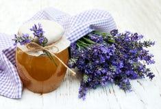 蜂蜜和淡紫色花 免版税图库摄影