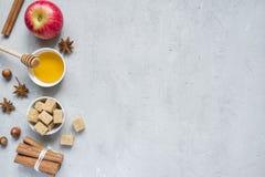 蜂蜜和苹果计算机、红糖和茴香用桂香在轻的背景复制空间文本的 免版税库存图片