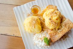 蜂蜜多士和冰淇凌在白色盘木头桌上 免版税图库摄影