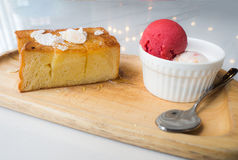 蜂蜜多士投入了一块木板材用冰淇凌酸奶和冰淇凌草莓 库存图片