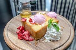 蜂蜜多士特写镜头用冰淇凌和果子 库存照片