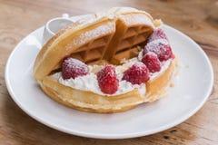 蜂蜜多士用新鲜的草莓和冰淇凌 免版税库存照片