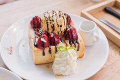 蜂蜜多士用新鲜的草莓和冰淇凌 库存图片